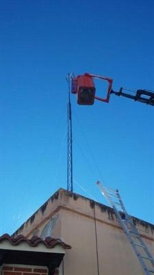 Instalación de una torreta de antena TDT con grúa